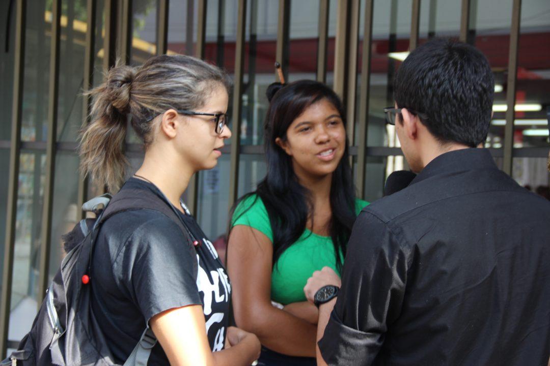 Ao lerem o informativo com as propostas da Reforma, Vanessa e Thalia Magalhães se revoltaram