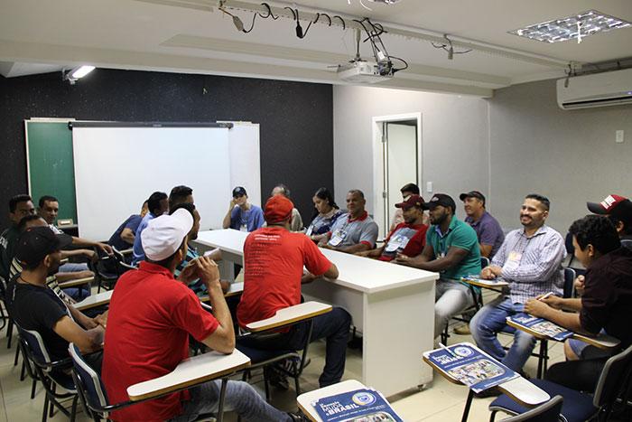 A turma foi dividida em dois grupos: os representantes do sindicato patronal e a diretoria do sindicato dos trabalhadores.